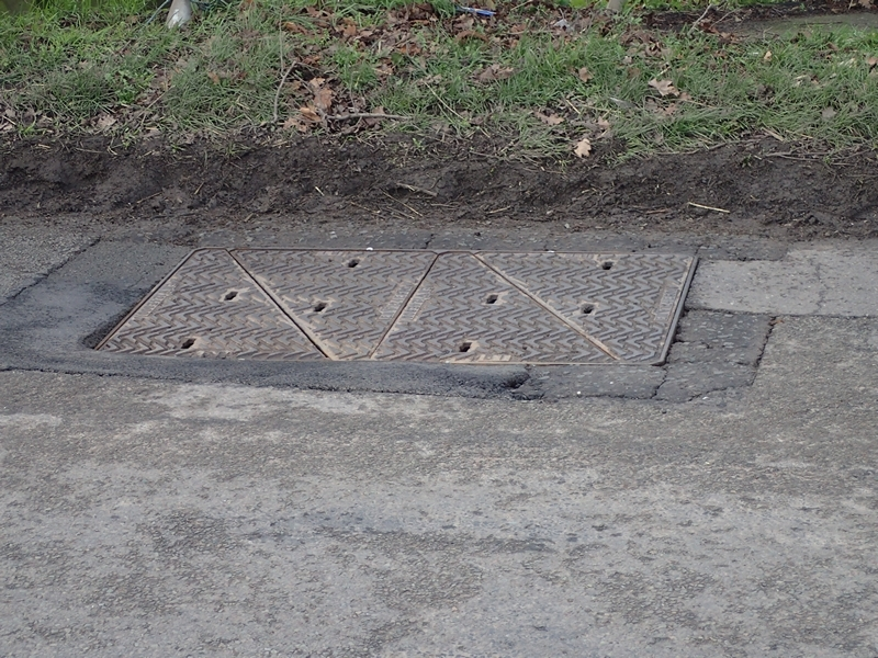 Manhole cover rocking and breaking up surround